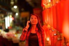 Adolescente chino con el teléfono celular Imagen de archivo libre de regalías