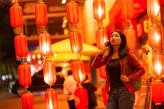 Adolescente chino con el teléfono celular Fotografía de archivo