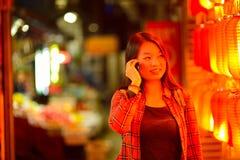 Adolescente chino con el teléfono celular Foto de archivo