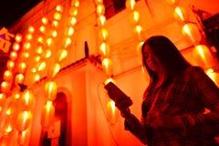 Adolescente chino con el teléfono celular Imagen de archivo
