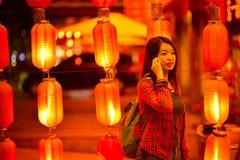 Adolescente chino con el teléfono celular Fotos de archivo