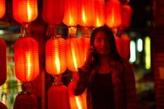 Adolescente chino con el teléfono celular Foto de archivo libre de regalías