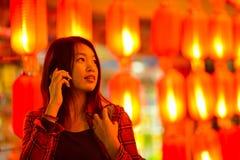 Adolescente chino con el teléfono celular Fotos de archivo libres de regalías