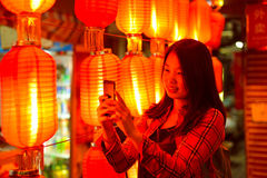 Adolescente chino con el teléfono celular Imagenes de archivo