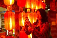 Adolescente chino con el teléfono celular Fotografía de archivo libre de regalías