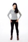 Adolescente chino que se coloca con las manos en caderas Imagenes de archivo