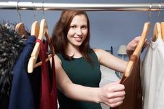 Adolescente choisissant des vêtements de la garde-robe photos libres de droits