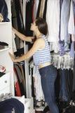 Adolescente choisissant des vêtements de la garde-robe dans la chambre à coucher Images libres de droits