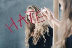 Adolescente com ódio a si mesma imagem de stock