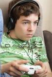 Adolescente com almofada do jogo Foto de Stock