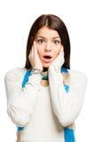 Adolescente com a boca aberta põe as mãos sobre a cabeça Fotografia de Stock Royalty Free