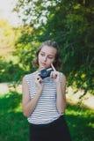 Adolescente com câmera retro Fotos de Stock Royalty Free