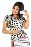 Adolescente com cartão de crédito e sacos de compra imagens de stock royalty free