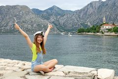 Adolescente com chapéu e polegares do marinheiro acima Fotografia de Stock