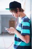 Adolescente com dispositivo fotografia de stock royalty free