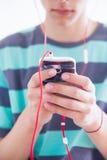 Adolescente com dispositivo Imagens de Stock Royalty Free