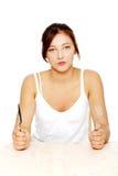 Adolescente com fome com forquilha e faca. Fotos de Stock Royalty Free