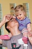 Adolescente com irmã do bebê fotos de stock royalty free