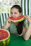 Adolescente com melancia Imagem de Stock