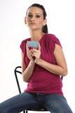 Adolescente com o cartão em branco azul foto de stock royalty free