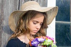 Adolescente com o ramalhete colorido da margarida imagens de stock royalty free