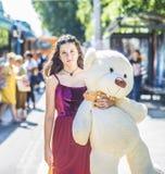 Adolescente com o urso de peluche na rua Imagens de Stock Royalty Free