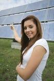 Adolescente com painéis solares Imagem de Stock