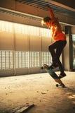 Adolescente com placas longas no estacionamento abandonado Imagens de Stock Royalty Free