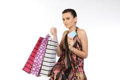 Adolescente com sacos e cartão de crédito foto de stock royalty free