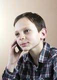 Adolescente com telefone de pilha Imagem de Stock