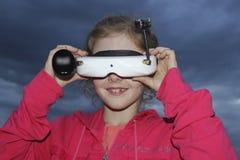 Adolescente com uma realidade virtual do dispositivo Fotos de Stock Royalty Free