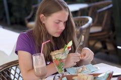 Adolescente come camarones Fotos de archivo