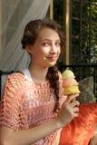 Adolescente comiendo un cono de helado Fotos de archivo libres de regalías