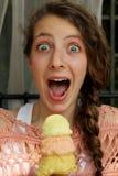 Adolescente comiendo un cono de helado Foto de archivo