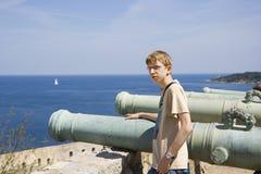 Adolescente como um artilheiro ou como a forragem de canhão fotos de stock