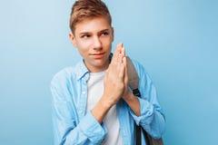 Adolescente complicado, um indivíduo que pensasse algo mau fotos de stock