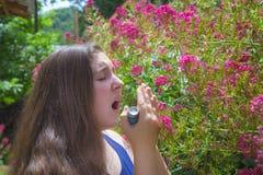 Adolescente con alergia del polen Imagen de archivo libre de regalías