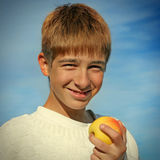Adolescente con Apple Imágenes de archivo libres de regalías
