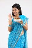 Adolescente con arroz y el pollo sabrosos Foto de archivo libre de regalías