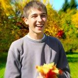 Adolescente con Autumn Leafs Imagen de archivo libre de regalías