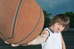 Adolescente con baloncesto Imagen de archivo libre de regalías