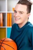 Adolescente con baloncesto Imagen de archivo