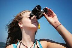 Adolescente con binocular Foto de archivo
