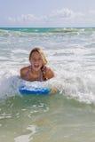 Adolescente con boogieboard Foto de archivo