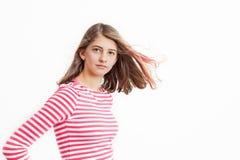Adolescente con capelli lunghi e la camicia a strisce rosa bianca Immagine Stock