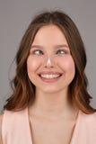 Adolescente con crema en su nariz Cierre para arriba Fondo gris Foto de archivo