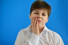 Adolescente con dolor de muelas en fondo ligero Foto de archivo