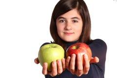 Adolescente con dos manzanas Foto de archivo