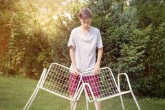 Adolescente con dos sillas Fotografía de archivo
