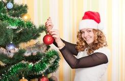 Adolescente con el árbol de navidad Imagen de archivo